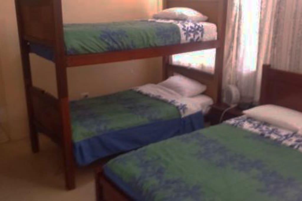 Habtación con una (1) litera y una cama matrimonial. Incluye ventilador pequeño.