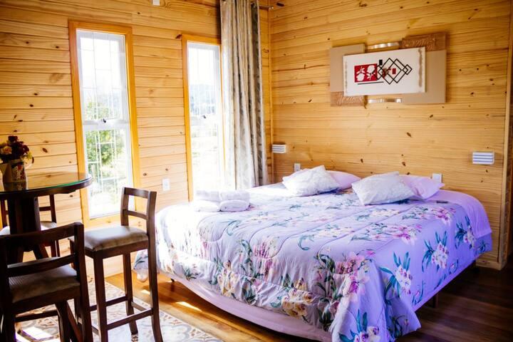 Cama Queen que pode virar 2 camas de solteiro padrão americano, super confortáveis. E uma bicama  completam o chalé com muito espaço e conforto.