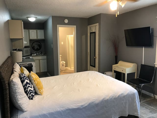 Cozy Private Studio Apartment 5 mins from downtown