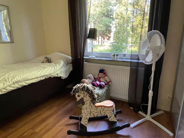 I det lilla sovrummet finns en 90-säng, mörkläggningsgardin, garderober och en bokhylla med leksaker och barnböcker.