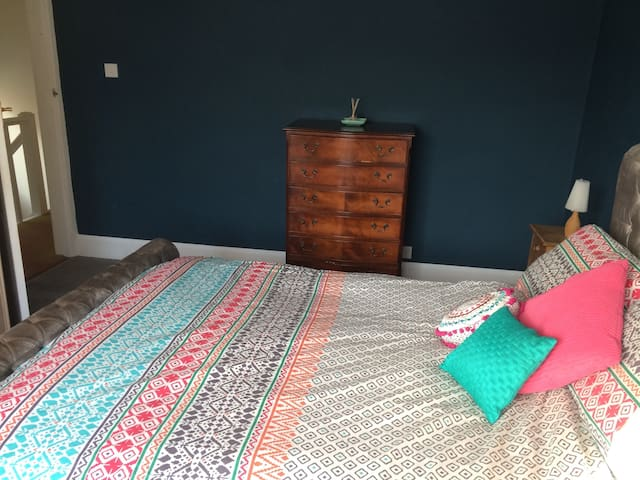 Cosy double bedroom in newly-renovated home