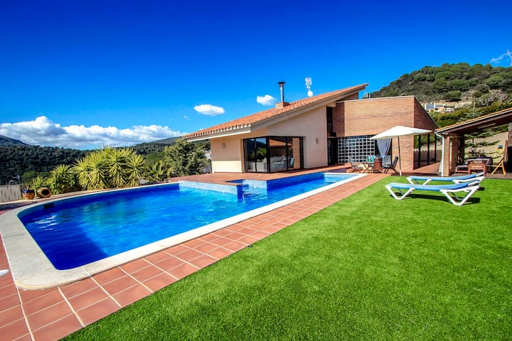 Villa Montbui with mountain views for 8 guests, 45 min to Barcelona!