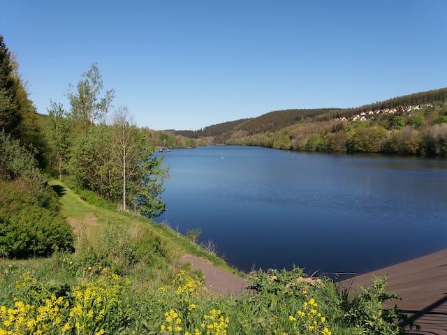 Kronenburger See, 27 ha Wasserfläche laden ein zum : angeln, schwimmen,  klettern auf dem schwimmenden Wasserseilgarten,  hüpfen auf dem schwimmenden Trampolin und fahren mit den Tretbooten.