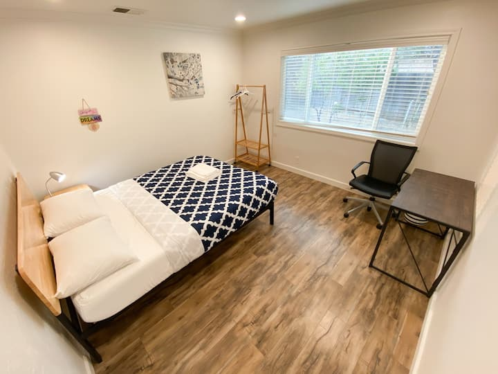 Private Room/Queen bed/New Furniture