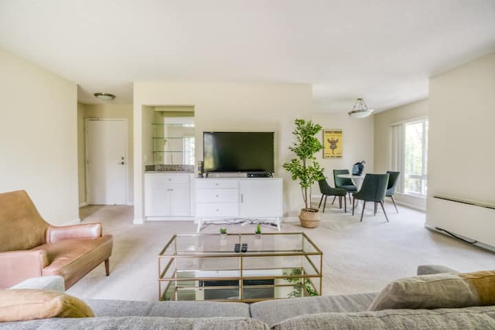 High-End 1BR with Spa and Pool Access