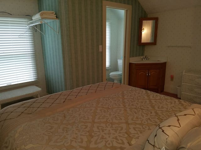 West room with private bath and new queen bed