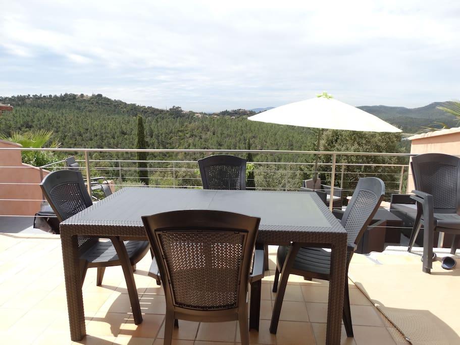 Première terrasse - 30 m2 - vue dégagée sur le massif des Maures