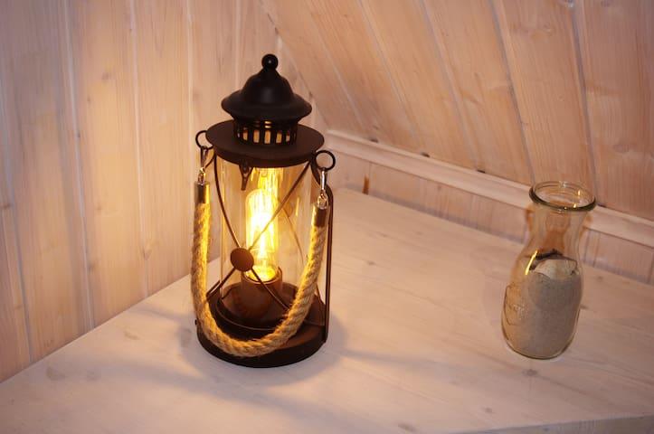 Eine gemütliche Lichtquelle auf dem Dachboden.