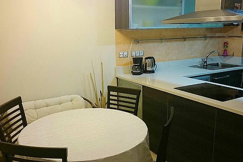 Отдельный столик на кухни.