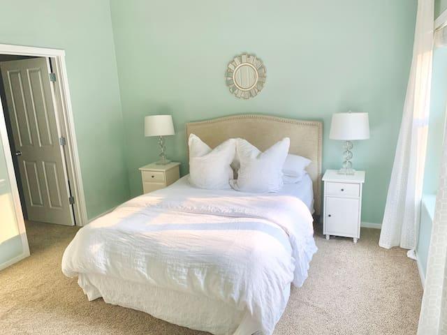 Quiet 2 bedroom near parks & shopping w/fast wifi