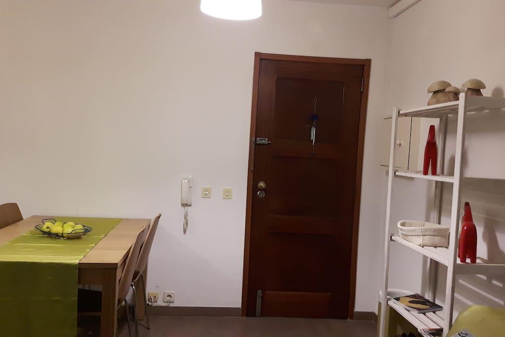 Entrada e espaço de refeições/sala de estar