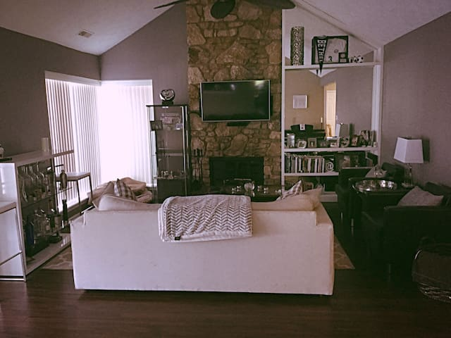 Charming/Cozy Home & Great location - Индианаполис - Дом
