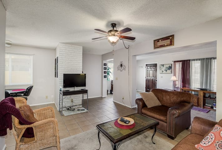 2 bedroom w/ private yard- in heart of Tempe
