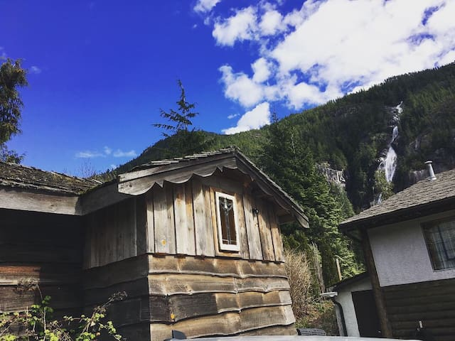 Baba's Loft/Shannon Falls/ Cozy/ Squamish/View
