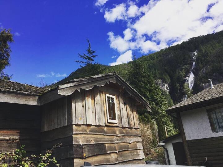 Baba's Loft/Shannon Falls/ Cozy/ Squamish/View