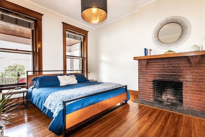 Modern APT w/ King Bed Near Iconic ★Buffalo Wings★