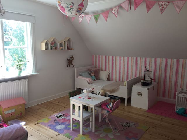 Big childroom with 2 letgrow beds