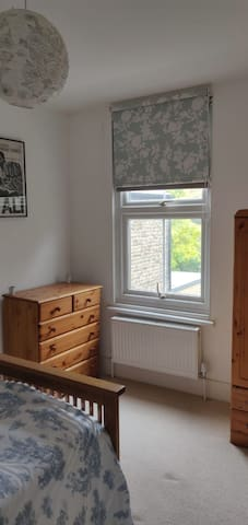 Bright double bedroom, great transport links