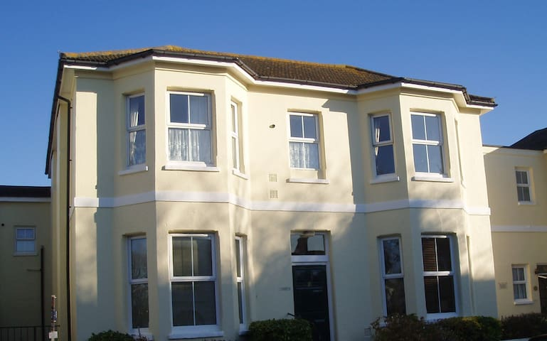 Large Seaside Apartment -short stroll to the sea