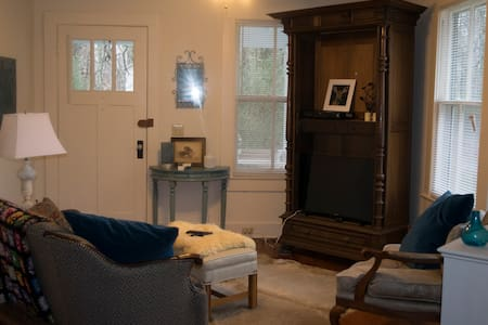 Cozy Room - Less than a mile from Longwood! - Farmville