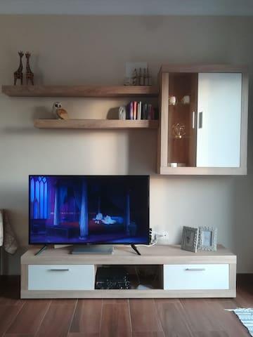 Salón con smart tv de 50 pulgadas.
