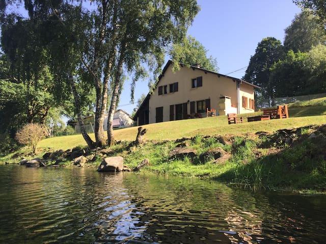 """Maison Lac de Pareloup, """"Les pieds dans l'eau"""""""