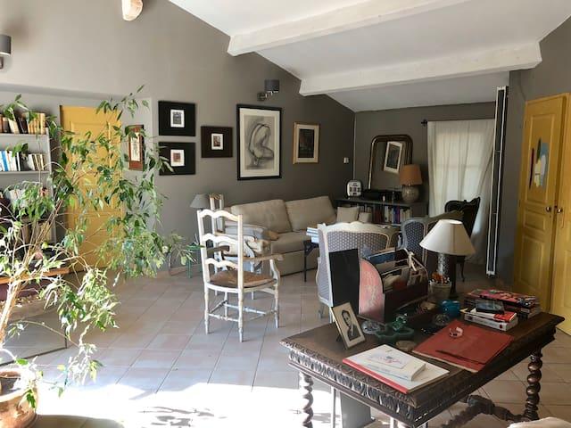 RDC : Chambre 5 et/ou grand salon. Canapé lit double, salle de douche, toilettes donnant sur petite terrasse sud, grande terrasse nord et salle à manger.