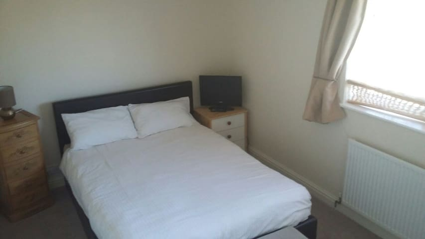 Clean bright good size double - Castleford - Huis
