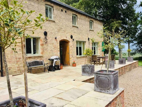 Cowdale Cottage,  Luxury sleeps 6 on Woldsway path