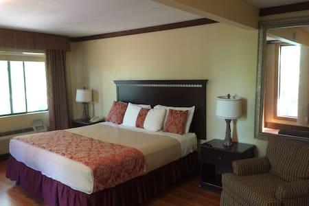Lodge Guest Room w/ Fireplace - Kerhonkson