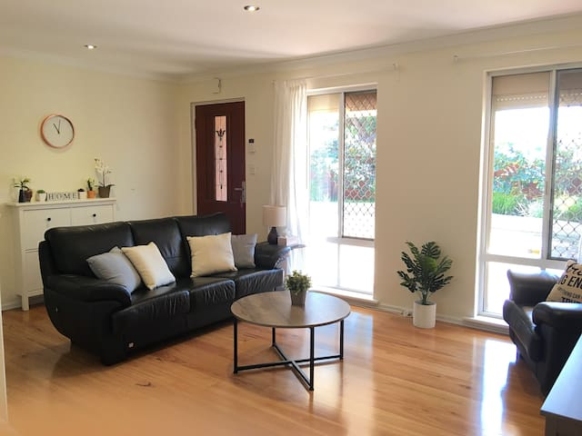 2BR Perth House & Parking near Cafes, Shops, River