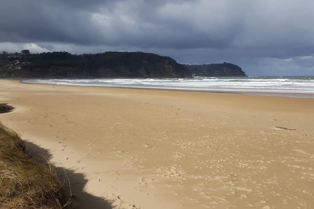 Playa de Rodiles  ( a 2 Km)