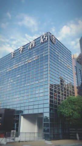 南京六合龙池地铁站2号口,全季酒店,提供免费车位、早餐,洗衣机,房间干净整洁,周边有大型商超。