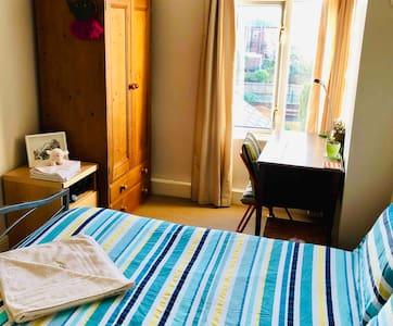 Kippax: clean, quiet + comfy rm nr Leeds/Wakefield