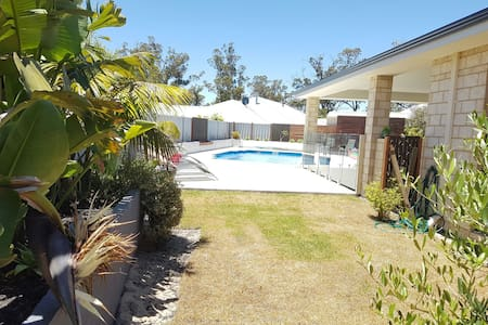 Family home near beach, with pool. - Dalyellup - Casa