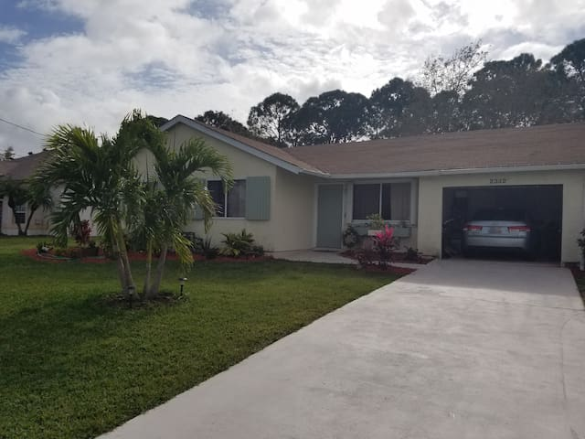 Port Saint Lucie private home w/ huge yard oncanal