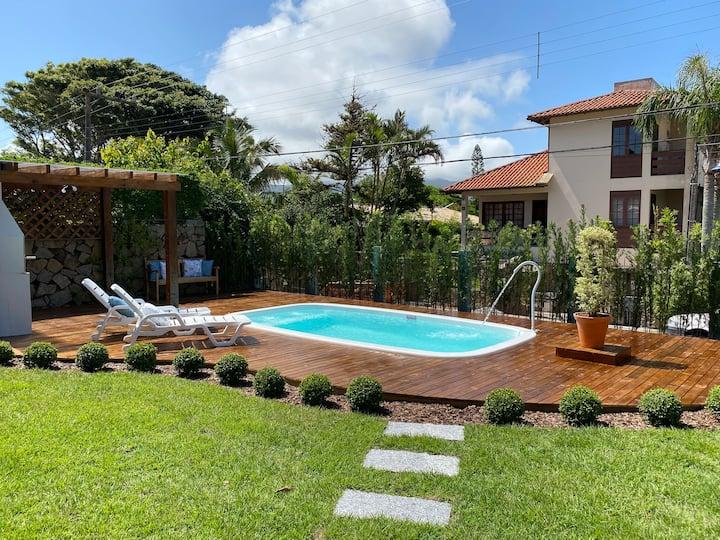 Aconchegante casa de madeira com piscina. Casa 1