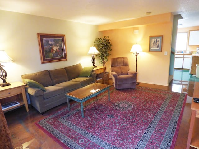 """Great Value!  """"Cat friendly"""" 3 Bed/2.5 Ba Townhome"""