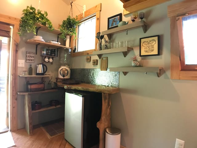 Tiny house glamping! Awesome dogs welcome!