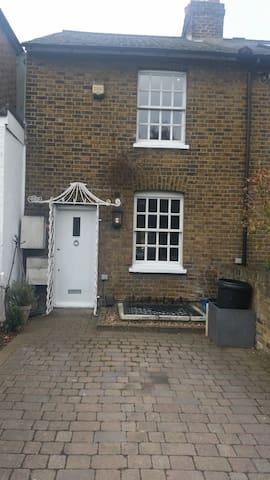 Georgian cottage parking and garden - Richmond - House