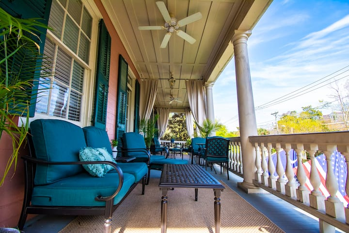 Beautiful Guest Suite with Veranda in Downtown