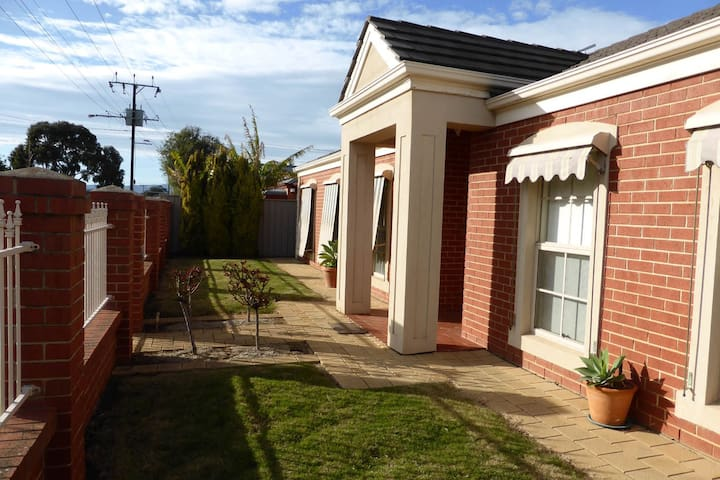 Spacious 3bdr home between City & Beach - Flinders Park - House