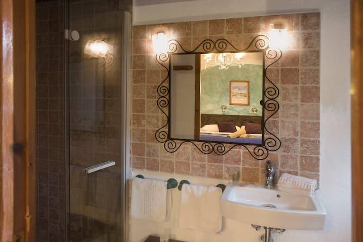 Habitación doble  · Habitación doble con baño en Suite Matxani Gran
