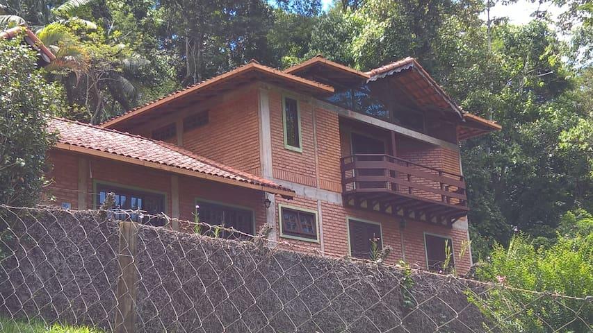 linda casa de tijolinhos a 1km da praça de lumiar - Nova Friburgo - House