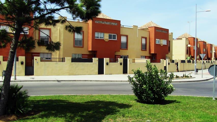 COSTA DE LA LUZ.ROTA casa con piscina, garaje,WIFI - โรต้า