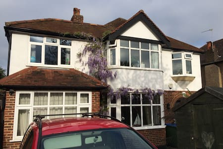 10 mins Hampton Court - double room with ensuite - Molesey