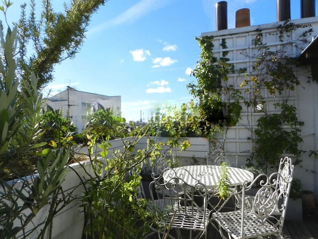 Here is the very sunny terrace of 10m2 with the eiffel tower view.