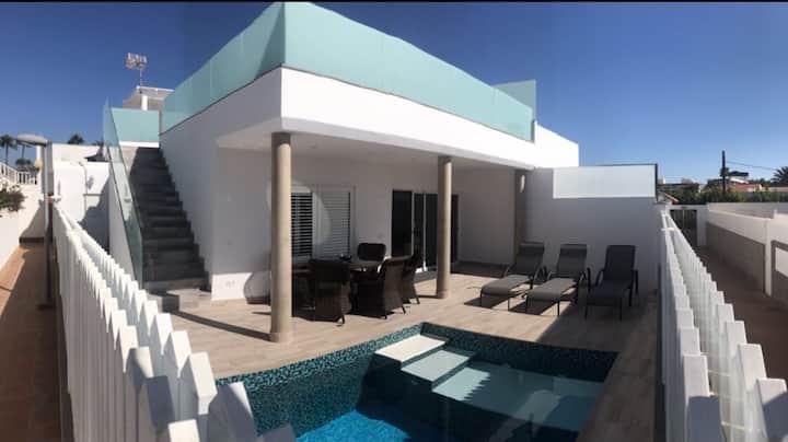 Bungalow amplio con piscina.