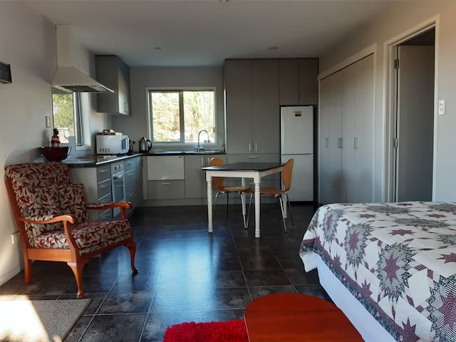 Bumbee Cottage - Waipu Village   (self-contained)