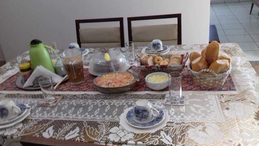 Café da manhã farto e variado